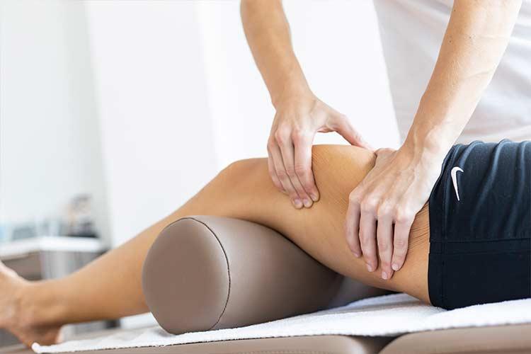 Medizinische Massage am Oberschenkel