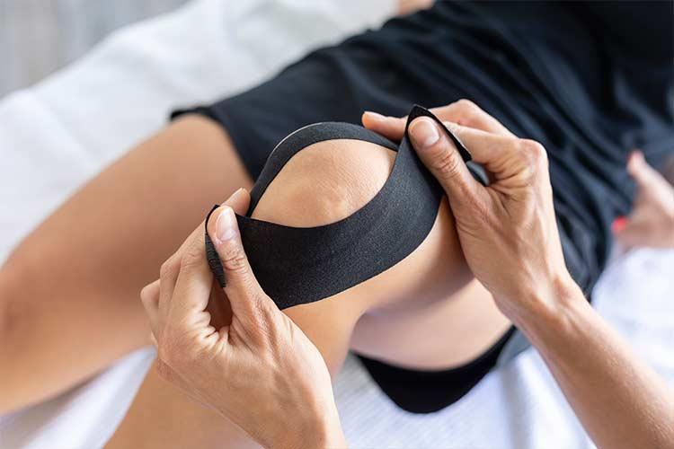 Kinesiotape-Verklebung am Kniegelenk